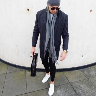 Cómo combinar: tenis de cuero blancos, pantalón chino negro, camiseta con cuello circular blanca, abrigo largo en gris oscuro