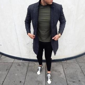 Cómo combinar: tenis de camuflaje verde oliva, pantalón chino negro, camiseta con cuello circular verde oscuro, abrigo largo en gris oscuro