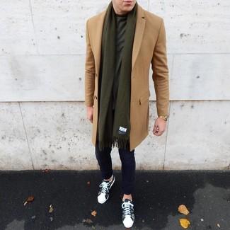 Combinar una bufanda verde oliva: Empareja un abrigo largo marrón claro con una bufanda verde oliva transmitirán una vibra libre y relajada. Tenis de camuflaje verde oliva son una opción incomparable para complementar tu atuendo.