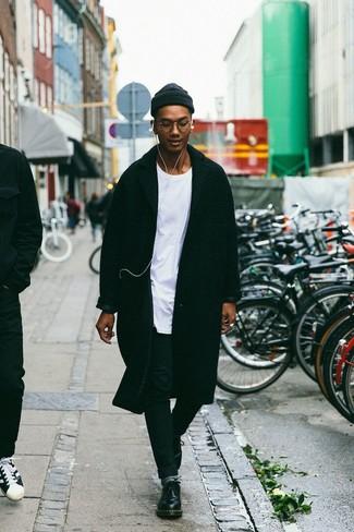 Combinar unos calcetines grises: Empareja un abrigo largo negro con unos calcetines grises transmitirán una vibra libre y relajada. Activa tu modo fiera sartorial y haz de zapatos derby de cuero negros tu calzado.