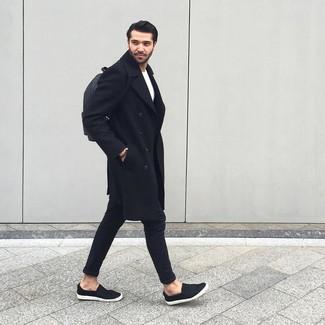 Outfits hombres: Si buscas un estilo adecuado y a la moda, considera emparejar un abrigo largo negro con un pantalón chino negro. ¿Te sientes valiente? Completa tu atuendo con zapatillas slip-on negras.