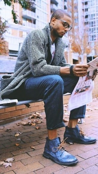 Combinar una camiseta con cuello circular estampada blanca: Elige una camiseta con cuello circular estampada blanca y un pantalón chino azul para una apariencia fácil de vestir para todos los días. Zapatos brogue de cuero azules añaden la elegancia necesaria ya que, de otra forma, es un look simple.