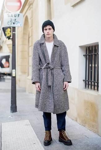 Combinar un abrigo largo de espiguilla gris: Emparejar un abrigo largo de espiguilla gris junto a un pantalón chino azul marino es una opción muy buena para un día en la oficina. Botas para la nieve de cuero marrónes resaltaran una combinación tan clásico.