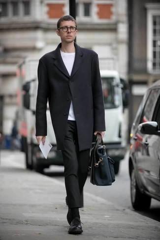 Combinar un portafolio de lona azul marino: Para un atuendo tan cómodo como tu sillón elige un abrigo largo negro y un portafolio de lona azul marino. ¿Te sientes valiente? Usa un par de zapatos derby de cuero negros.