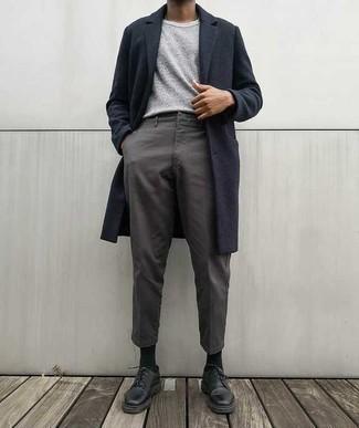 Combinar un abrigo largo azul marino: Empareja un abrigo largo azul marino con un pantalón chino gris para crear un estilo informal elegante. ¿Te sientes valiente? Haz zapatos derby de cuero negros tu calzado.
