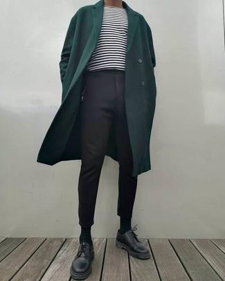 Unos zapatos derby de vestir con un pantalón chino negro: Considera emparejar un abrigo largo verde oscuro junto a un pantalón chino negro para un lindo look para el trabajo. ¿Te sientes valiente? Elige un par de zapatos derby.