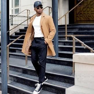Outfits hombres en clima fresco: Si buscas un estilo adecuado y a la moda, elige un abrigo largo marrón claro y un pantalón chino azul marino. ¿Te sientes valiente? Completa tu atuendo con zapatillas altas de lona en azul marino y blanco.