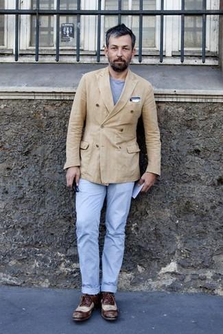 Combinar un blazer cruzado en beige: Elige un blazer cruzado en beige y un pantalón chino celeste para después del trabajo. ¿Por qué no ponerse zapatos oxford de cuero en marrón oscuro a la combinación para dar una sensación más clásica?