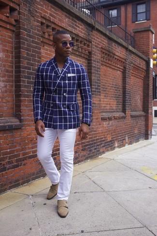 Combinar unos zapatos con doble hebilla de ante en beige: Elige un blazer cruzado a cuadros azul y un pantalón chino blanco para el after office. ¿Te sientes valiente? Elige un par de zapatos con doble hebilla de ante en beige.