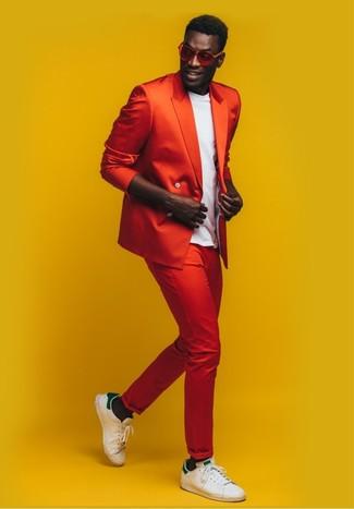 Combinar unos tenis de cuero en blanco y verde: Un blazer cruzado rojo y un pantalón chino rojo son un look perfecto para ir a la moda y a la vez clásica. Si no quieres vestir totalmente formal, completa tu atuendo con tenis de cuero en blanco y verde.
