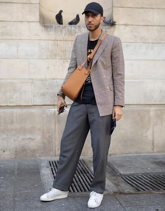 Cómo combinar: tenis de cuero blancos, pantalón chino en gris oscuro, camiseta con cuello circular estampada negra, blazer cruzado de tartán marrón