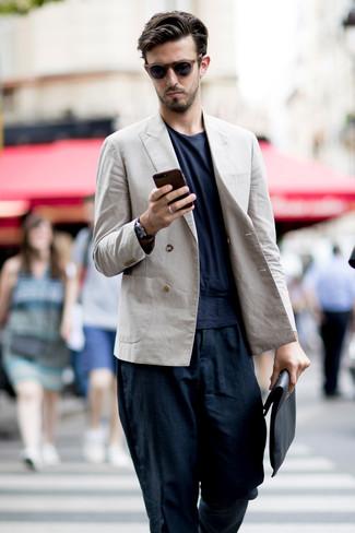 Cómo combinar: bolso con cremallera de cuero negro, pantalón chino de lino azul marino, camiseta con cuello circular azul marino, blazer cruzado de lino en beige