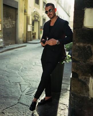 Cómo combinar: mocasín con borlas de cuero negro, pantalón chino negro, camiseta con cuello circular negra, blazer cruzado negro