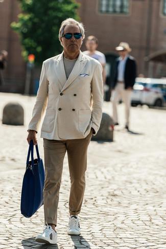 Outfits hombres: Si buscas un look en tendencia pero clásico, casa un blazer cruzado en beige junto a un pantalón chino marrón claro. ¿Te sientes valiente? Completa tu atuendo con tenis de cuero blancos.