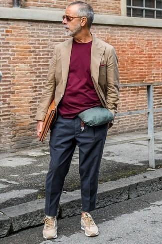 Moda para hombres de 60 años: Empareja un blazer cruzado marrón con un pantalón chino en gris oscuro para el after office. ¿Quieres elegir un zapato informal? Elige un par de tenis de ante marrón claro para el día.