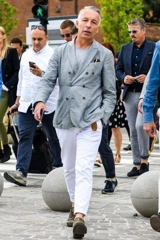 Moda para hombres de 40 años: Opta por un blazer cruzado gris y un pantalón chino blanco para crear un estilo informal elegante. Elige un par de zapatos derby de cuero verde oliva para mostrar tu inteligencia sartorial.