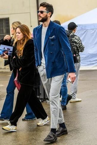 Combinar un pantalón chino gris: Considera emparejar un blazer cruzado azul junto a un pantalón chino gris para después del trabajo. Zapatos con doble hebilla de cuero negros proporcionarán una estética clásica al conjunto.