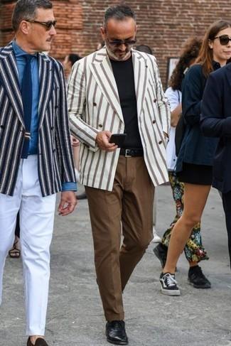 Combinar una correa de cuero tejida negra: Un blazer cruzado de rayas verticales blanco y una correa de cuero tejida negra son una opción muy buena para el fin de semana. Con el calzado, sé más clásico y haz zapatos oxford de cuero negros tu calzado.