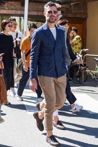 Combinar unas gafas de sol burdeos: Empareja un blazer cruzado azul marino con unas gafas de sol burdeos para un look diario sin parecer demasiado arreglada. Con el calzado, sé más clásico y usa un par de zapatos derby de cuero en marrón oscuro.