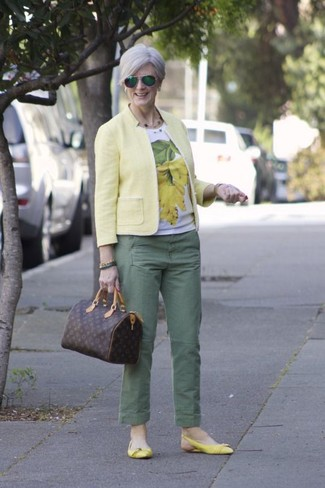 Cómo combinar: bailarinas de cuero amarillas, pantalón chino verde, camiseta con cuello circular estampada en blanco y amarillo, blazer amarillo