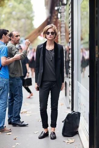 Cómo combinar: mocasín de cuero burdeos, pantalón chino negro, camiseta con cuello circular en gris oscuro, blazer negro
