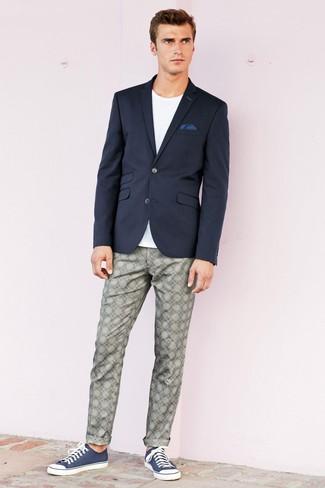 Cómo combinar: tenis de lona azul marino, pantalón chino estampado gris, camiseta con cuello circular blanca, blazer azul marino