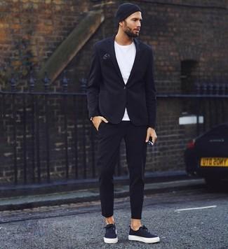 Cómo combinar: tenis de lona negros, pantalón chino negro, camiseta con cuello circular blanca, blazer negro