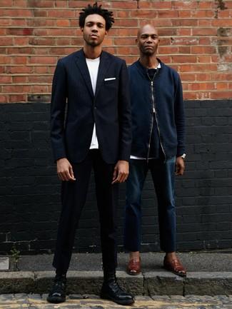Cómo combinar: botas casual de cuero negras, pantalón chino negro, camiseta con cuello circular blanca, blazer de rayas verticales azul marino