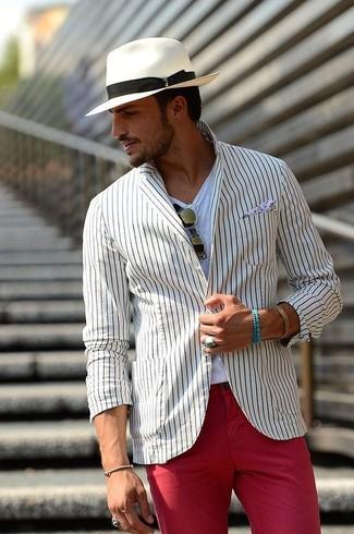 Cómo combinar: sombrero blanco, pantalón chino rojo, camiseta con cuello circular blanca, blazer de rayas verticales blanco