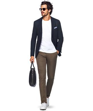 Cómo combinar: tenis de cuero blancos, pantalón chino marrón, camiseta con cuello circular blanca, blazer azul marino