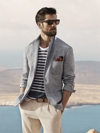 Look de moda: Pañuelo de bolsillo a lunares marrón, Pantalón chino en beige, Camiseta con cuello circular de rayas horizontales en blanco y azul marino, Blazer de algodón gris