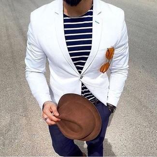 Cómo combinar: sombrero de lana marrón, pantalón chino azul marino, camiseta con cuello circular de rayas horizontales en azul marino y blanco, blazer blanco