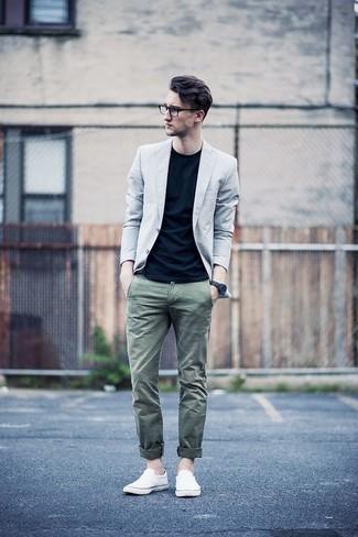 Combinar unas zapatillas slip-on de lona blancas: Si buscas un estilo adecuado y a la moda, utiliza un blazer gris y un pantalón chino verde oliva. ¿Quieres elegir un zapato informal? Completa tu atuendo con zapatillas slip-on de lona blancas para el día.