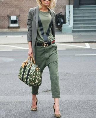 Cómo combinar: zapatos de tacón de ante de leopardo marrón claro, pantalón chino verde oliva, camiseta con cuello circular verde oliva, blazer de algodón gris
