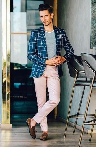 Cómo combinar: mocasín con borlas de ante en marrón oscuro, pantalón chino rosado, camiseta con cuello circular gris, blazer a cuadros en azul marino y blanco