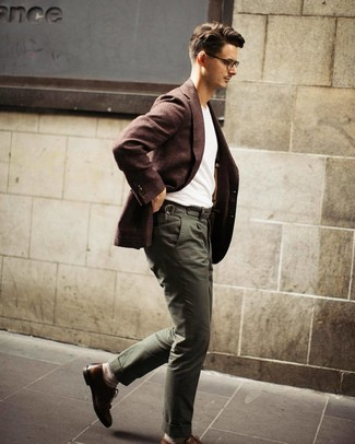 Cómo combinar: zapatos brogue de cuero marrónes, pantalón chino verde oliva, camiseta con cuello circular blanca, blazer de lana en marrón oscuro
