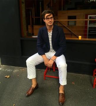 Look de moda: Mocasín de cuero marrón, Pantalón chino blanco, Camiseta con cuello circular de rayas horizontales en blanco y azul marino, Blazer azul marino