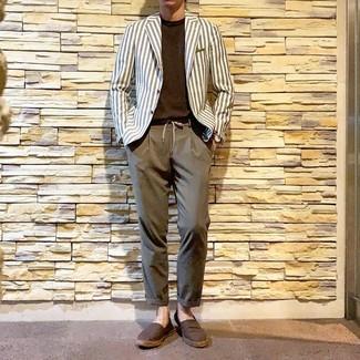 Cómo combinar: alpargatas de lona marrónes, pantalón chino marrón, camiseta con cuello circular en marrón oscuro, blazer de rayas verticales blanco