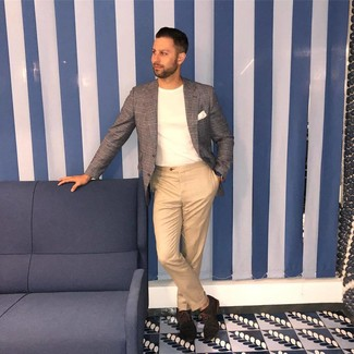 Cómo combinar: zapatos oxford de ante en marrón oscuro, pantalón chino marrón claro, camiseta con cuello circular blanca, blazer de tartán gris