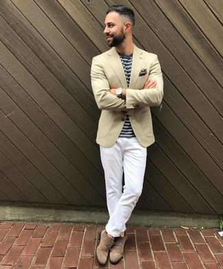 Cómo combinar: zapatos con doble hebilla de ante marrónes, pantalón chino blanco, camiseta con cuello circular de rayas horizontales en azul marino y blanco, blazer en beige