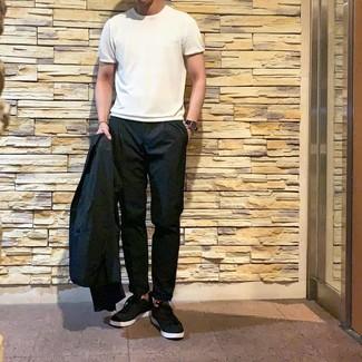 Cómo combinar: tenis negros, pantalón chino negro, camiseta con cuello circular blanca, blazer negro