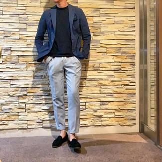 Cómo combinar: mocasín con borlas de ante negro, pantalón chino celeste, camiseta con cuello circular azul marino, blazer azul marino