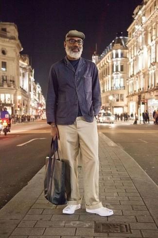 Combinar una bolsa tote de cuero verde oscuro: Empareja un blazer de algodón azul marino con una bolsa tote de cuero verde oscuro transmitirán una vibra libre y relajada. Tenis de lona blancos son una forma sencilla de mejorar tu look.