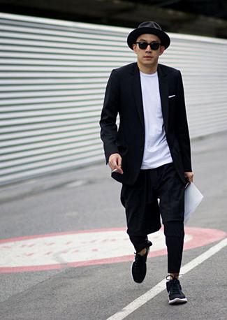 Outfits hombres: Utiliza un blazer negro y un pantalón chino negro para las 8 horas. Deportivas negras resaltaran una combinación tan clásico.