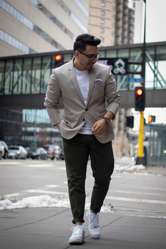 Combinar una chaqueta: Si buscas un estilo adecuado y a la moda, haz de una chaqueta y un pantalón chino verde oscuro tu atuendo. ¿Quieres elegir un zapato informal? Opta por un par de tenis de cuero blancos para el día.