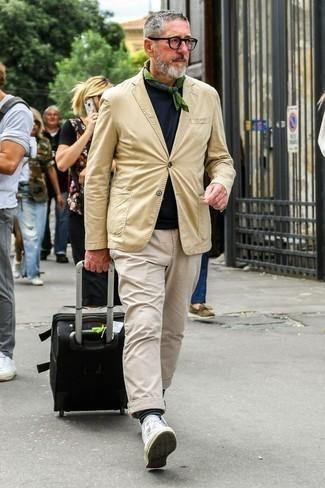 Combinar una bandana verde oliva: Un blazer marrón claro y una bandana verde oliva son una opción práctica para el fin de semana. Zapatillas altas de lona blancas son una opción buena para complementar tu atuendo.