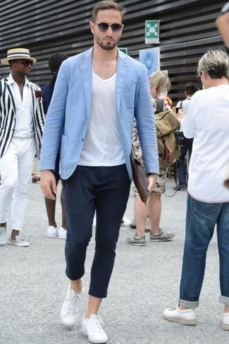 Combinar una chaqueta: Ponte una chaqueta y un pantalón chino azul marino para las 8 horas. ¿Quieres elegir un zapato informal? Complementa tu atuendo con tenis blancos para el día.