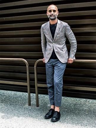 Combinar unas gafas de sol marrón claro: Haz de un blazer de tartán gris y unas gafas de sol marrón claro tu atuendo para un look agradable de fin de semana. Con el calzado, sé más clásico y complementa tu atuendo con zapatos derby de cuero negros.