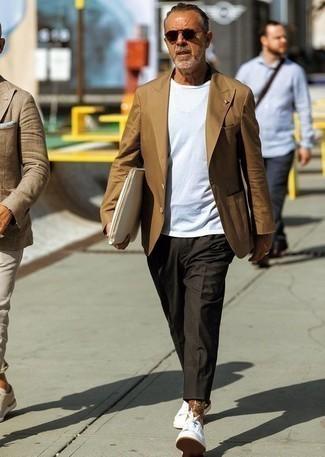 Moda para hombres de 40 años: Casa un blazer marrón junto a un pantalón chino en gris oscuro para después del trabajo. Si no quieres vestir totalmente formal, opta por un par de tenis blancos.