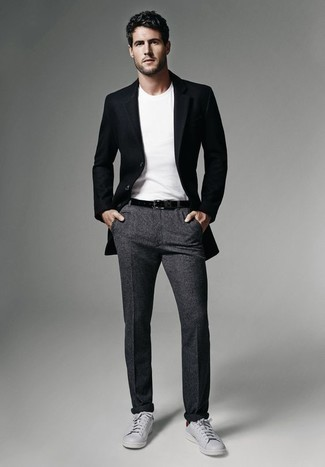Combinar un pantalón chino de lana en gris oscuro: Si buscas un estilo adecuado y a la moda, casa un blazer negro con un pantalón chino de lana en gris oscuro. ¿Quieres elegir un zapato informal? Opta por un par de tenis de cuero grises para el día.